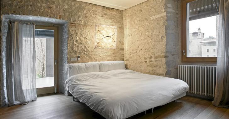 RØFFE VEGGER: De tøffe steinveggene gir boligen et rått og stilig uttrykk. FOTO: Enric Duch