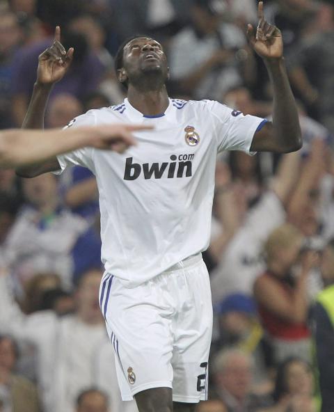 SCORET TO: Emmanuel Adebayor fortalte f�r kampen at han ville score for sin gamle klubb Arsenal, Tottenhams erkerivaler. Etter kampen fortalte Mourinho at Real har en opsjon p� � kj�pe den innleide City-spissen til sommeren. Foto; EPA/ALBERTO MARTIN