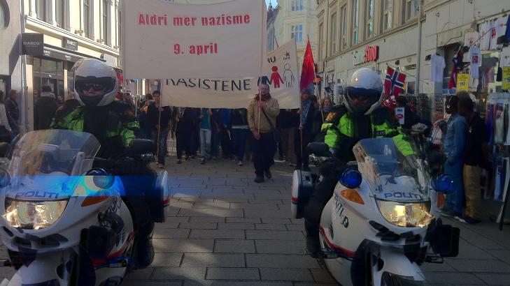 VISTE AVSKY: Mellom 700 og 1000 motdemonstranter gikk fra Jernbanetorget til Universitetsplassen for � vise sin avsky mot NDL. Foto: �istein Norum Monsen
