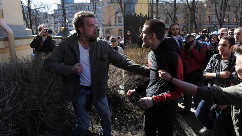 BL�DENDE: Mannen til venstre beskyldes av demonstrantene for � ha sl�tt ned ei jente. Han ble raskt overmannet og gitt juling, noe bl�dende s�r i panna tydelig viser. Foto: �istein Norum Monsen / Dagbladet