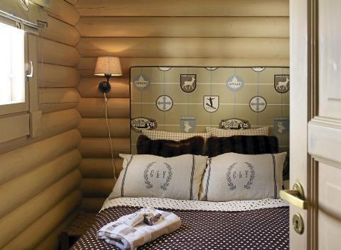 TEMA: Temaet i dette soverommet er hentet fra vintersportsstedet  Chamonix. Stoffet til gavlen og sengetøyet er kjøpt på Bjørnehiet Interiør i Trysil, mens sengene kommer fra Ikea. Foto: Jan Larsen