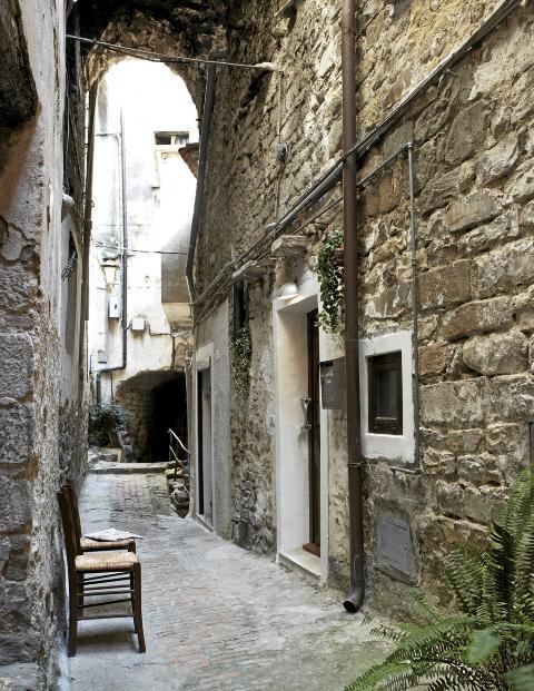 INNGANG FRA TRANGE SMUG: Landsbyen ble grunnlagt av romerne, de eldste bygningene er fra 1100-tallet.  Foto: Margaret M. de Lange