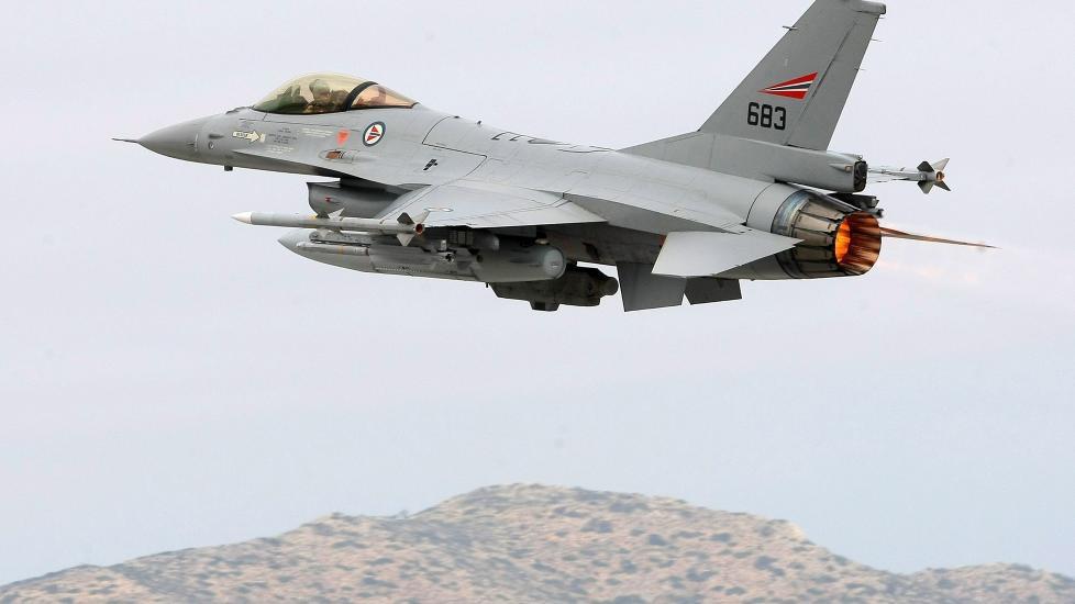 HAR SLUPPET 100 BOMBER: Her tar et norsk F16-kampfly av fra Souda Bay-basen p� Kreta p� vei til Libya 4. april. N� har de norske flyene sluppet mer enn 100 bomber. Foto: EPA/Stefanos Rapanis/Scanpix