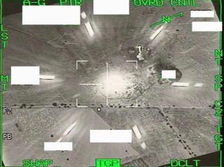 BOMBET BUNKER: Bildene ovenfor viser bombingen av en libysk bunker tatt fra et av de norske F16-flyene. Foto: Forsvaret