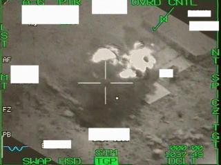 BOMBET RADAR: Ovenfor ser du to bilder som viser bombingen av et radaranlegg i Libya. Foto: Forsvaret