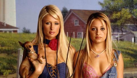 BLE KJENT: Nicole Richie og Paris Hilton var bortskjemte Hollywood-berter i serien «The Simple Life». Foto: TV3/Fox