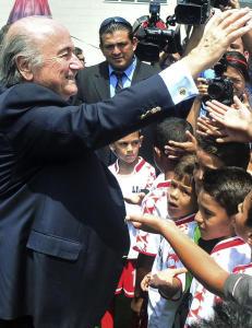 Blatter lover seks milliarder i pengegaver om han f�r beholde jobben
