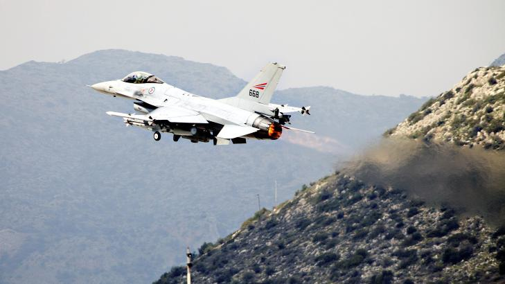 P� TOKT: Et norsk F-16 fly tar av fra Souda-basen p� Kreta, f�r et tidligere tokt over Libya. Foto: Forsvaret/Scanpix