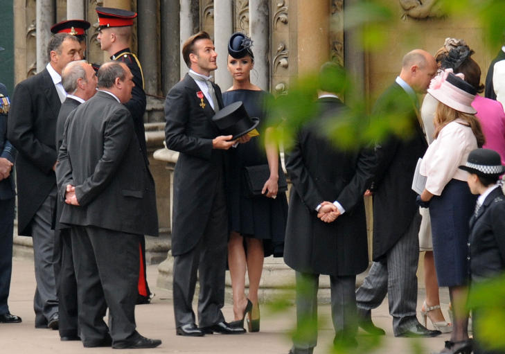 BECKS: David og Victoria Beckham ankommer Westminster Abbey. Victoria er gravid i 7. måned og har valgt å bære en vid kreasjon som skjuler hennes omstendigheter. Fru Beckham har gjennom flere anledninger vist at hun er glad i hatt. På beina har hun sine Christian Louboutins. Foto: Kai Pfaffenbach / Scanpix