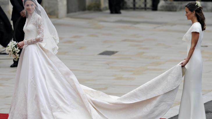 SØSTERHJELP: Kates søster Philippa, også kled i hvitt, var god å ha i det Kate skulle inn i kirken. Foto: SCANPIX