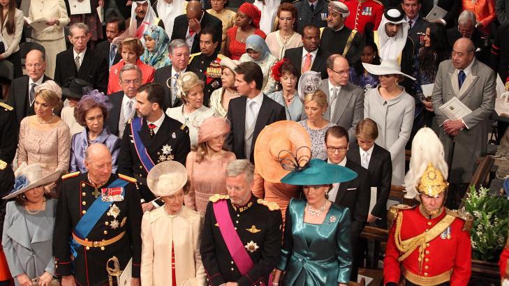 DET NORSKE KONGEPARET: Kong harald og dronning Sonja, venter sammen med andre gjester inne i Westminster Abbey, sammen med andre gjester, før bruden ankommer katedralen. Foto: Dominic Lipinski / AP / Scanpix