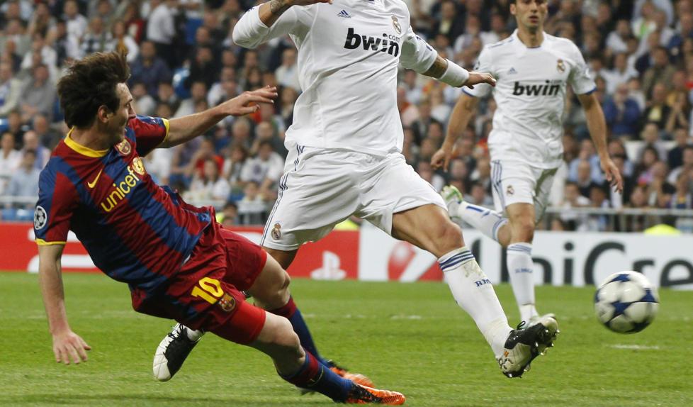 I TROPPEN: Lionel Messi scorer sitt andre m�l mot Real p� onsdag. I tillegg til to scoringer fikk han med seg en del bl�merker og en liten strekk, men i dag var han tilbake i trening, og er aktuell til helgas kamp mot Real Sociedad. Foto: Sergio Perez, Reuters/Scanpix