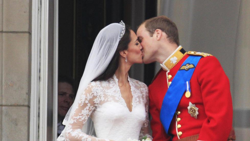 TOK INITIATIVET: Det var prins William som bestemte når paret skulle gi hverandre Det Store Kysset foran millionene som fulgte med. Foto: AP/Matt Dunham/Scanpix