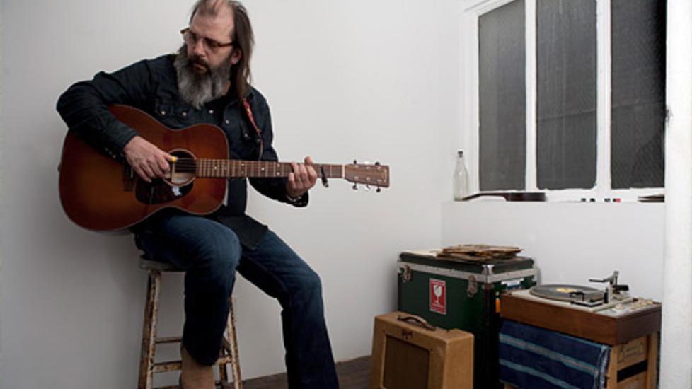 NY IMAGE: Skjegget til Steve Earle blir lenger og lenger, men musikalsk er det liten vilje til � gro.