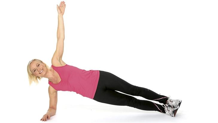 SIDEPLANKEN:Du kan strekke ut begge bena, samt holde den øverste armen mot taket for å få mer effekt. Foto: Petter Berg, HM Foto