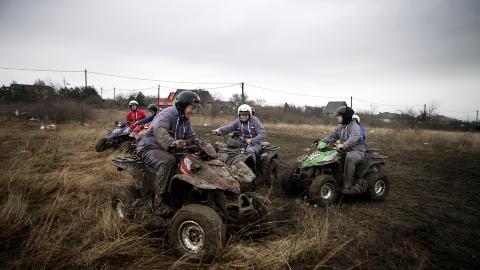 Motormoro: Etter skyting og stripping er det tid for motorcross p� jordet.
