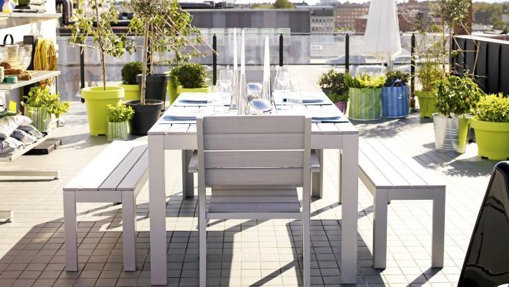 RENSPIKKET PLAST: Det ligner p� tre, og f�lelsen skal heller ikke v�re helt ulik. Men rammen er av aluminium og plankene er av plast. Det gj�r at Falster-m�blementet er s� godt som vedlikeholdsfritt. Stol kr 495, bord (160 x 100 cm) kr 1495, benk kr 595, ikea.no  Foto: Ikea
