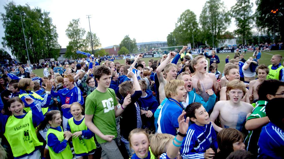 GØY, MEN FEIL: Norsk fotball får sine lokale høytidstunder, men blir ikke bedre av at Kjelsås og andre lavbudsjettlag utenfor toppfotballen gjør livet surt for Tippeligaklubbene. Foto: Sveinung U. Ystad, Dagbladet