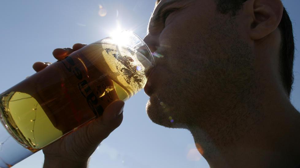 P�VIRKER DEG TIDLIG: Pass p� alkoholen i sommervarmen.  Foto: Knut Fjeldstad / SCANPIX