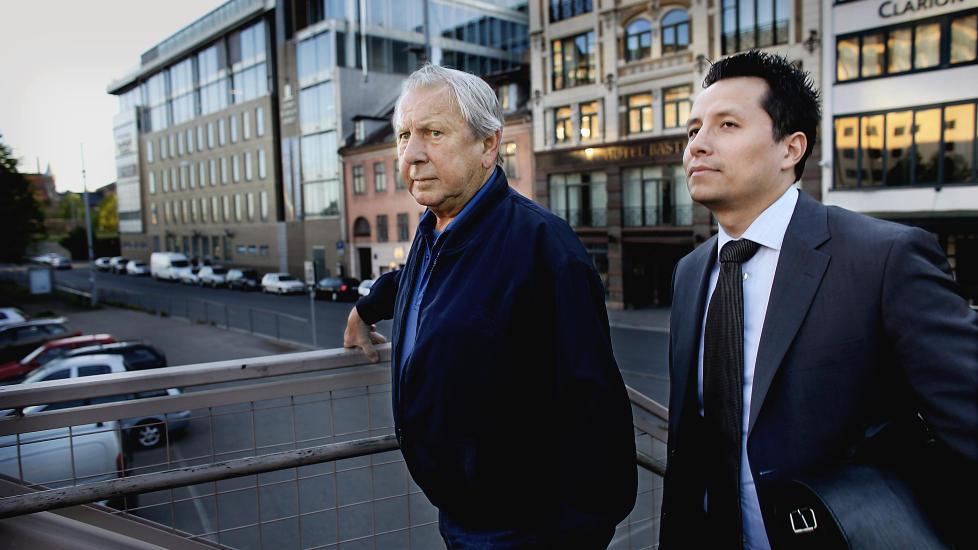 FIKK OPPREISNING: Kjell Granly, broren til  drepte Rigmor Johansen, vant i 2009 frem med sitt injuries�ksm�l mot jusprofessor St�le Eskeland. Til  h�yre hans advokat Carl Bore. Foto : Bj�rn Langsem / DAGBLADET.