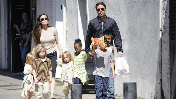 STORFAMILIE: Vivienne (snart 3) (f.v.), Shiloh (5), mamma Angelina Jolie, Knox (snart 3), Zahara (6), Pax (7) (foran), Maddox (9) og pappa Brad Pitt. Foto: Stella Pictures