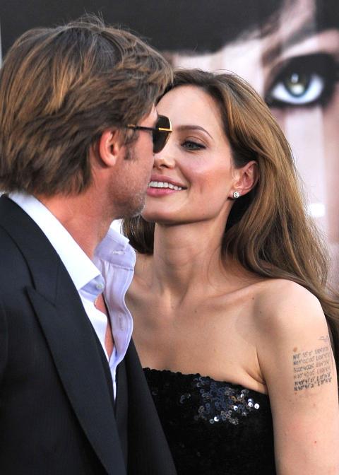 FORTSATT FORELSKET: Brad Pitt og Angelina Jolie har gjort alle bruddrykter til skamme. N� �pner Pitt for gifterm�l. Foto: Stella Pictures