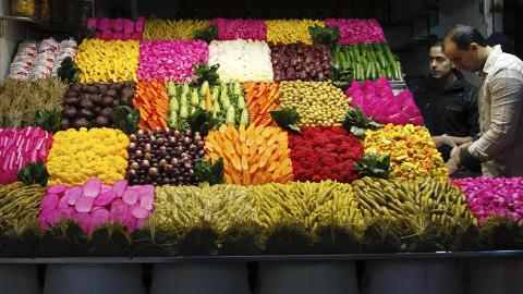 HERMETISKE GR�NNSAKER KAN V�RE KREFTFREMKALLENDE: P� Bab Srejeh-markedet i Damaskus kan du kj�pe mange typer gj�rede og hermetiserte gr�nnsaker, som sure agurker. Foto: REUTERS/Khaled al-Hariri