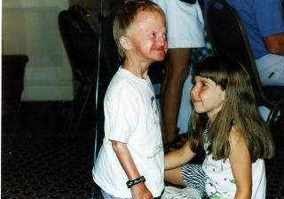 Lykkelig barndom: Som barn hadde Henriette lettere for � ta kontakt. Her er hun tre �r, sammen med s�steren til et annet progeribarn, p� samling i USA.