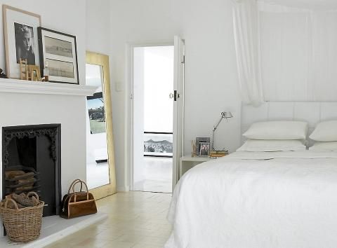 SOVEROM: Et stort speil er plassert p? skr? inn mot veggen for ? ...