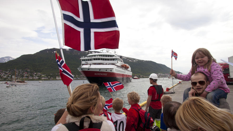 FOLKEFEST: Nordmenn elsker en folkefest. Her st�r troms�v�ringene klare med norske flagg for � heie p� MS Nordnorge. Foto: Jan Morten Bj�rnbakk / SCANPIX