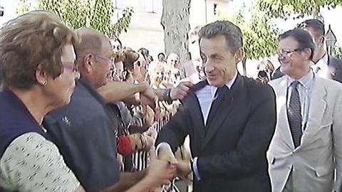 SEKUNDET F�R:  Verken publikum, sikkerhetsvaktene eller Sarkozy selv har rukket � registrere grepet i jakka. FOTO: FRANSK TV/REUTERS/SCANPIX.