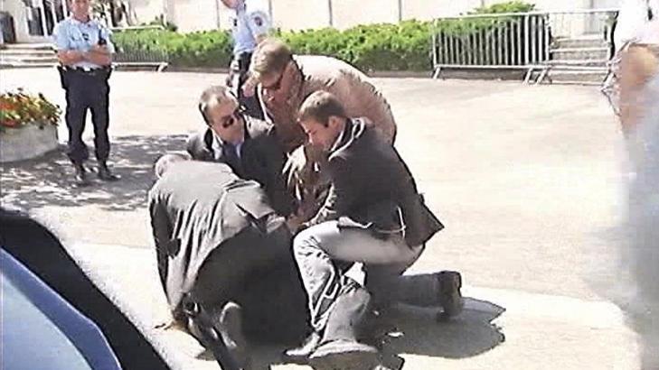 OVERMANNET:  Presidentens sikkerhetsmenn overmanner Libya-demonstranten utenfor Toulouse. FOTO: FRANSK TV/REUTERS/SCANPIX.