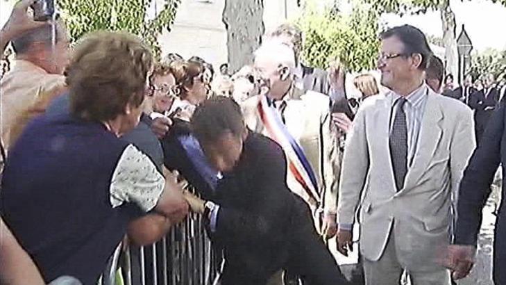 P� VEI NED:  Frankrikes president Nicolas Sarkozy i ferd med � bli overrumplet. FOTO: FRANSK TV/REUTERS/SCANPIX.