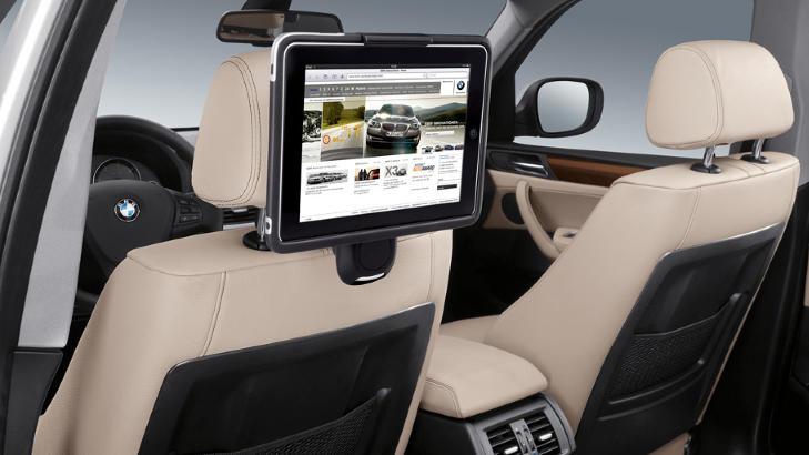 NY TEKNOLOGI: En iPad-holder gj�r at du kan bruke den som filmfremviser i baksetet. I tillegg kan den tas ut og brueks til spill.