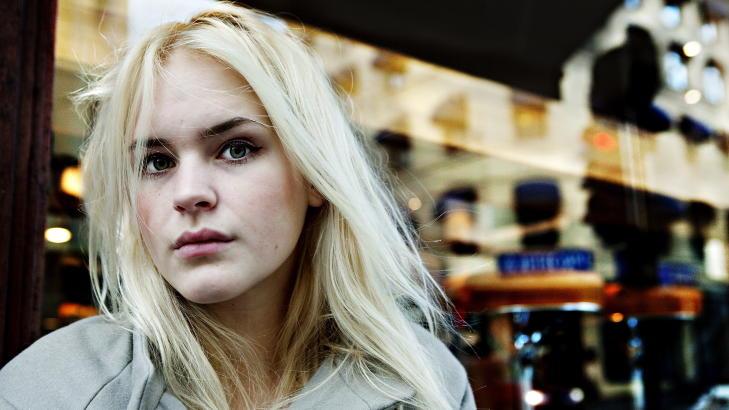 SJELDEN SMILENDE: Linn�a Myhre (22) har vunnet bloggpriser i fleng, brakdebutert som forfatter, hatt sin egen tv-serie og blitt k�ret til Norges mest sexy kvinne. Likevel er det sjelden hun trekker p� smileb�ndet. Foto: Nina Hansen / Dagbladet