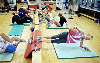 Utholdende: Sideplankeøvelse på gruppetrening på Toppidrettssenteret. Karina gir seg ikke. Foto: Nina Hansen