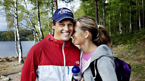 Stolt: Samboer Benjamin Jensen er stolt og glad over alt Karina har fått til. Hun gir ros tilbake: - Benjamin er kjempeflink til å ta vare på meg når jeg har vondt. Foto: Nina Hansen