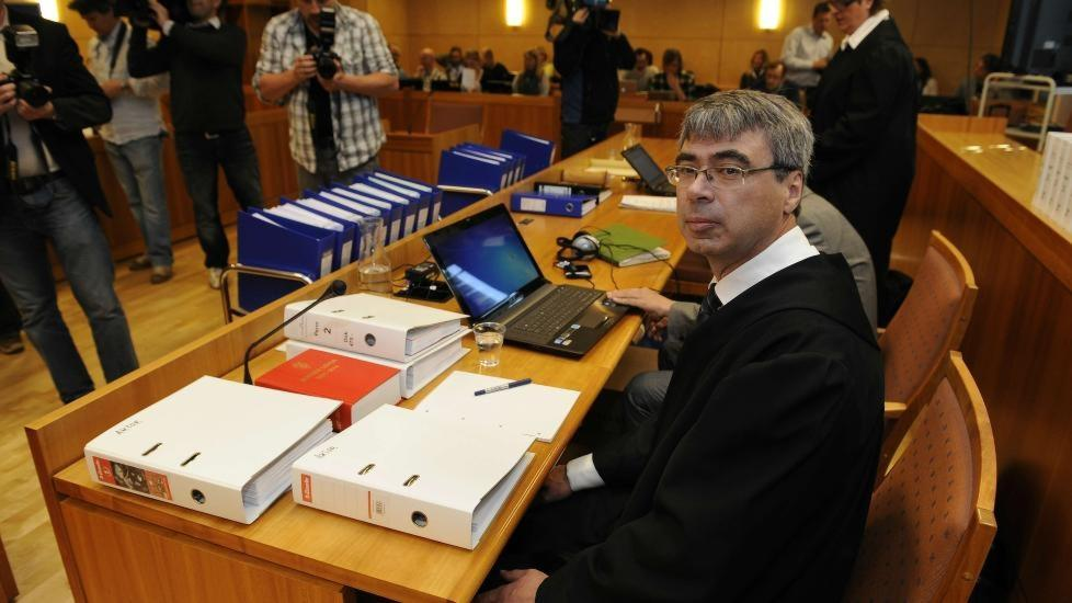 MEDHOLD:  Aktor Arne Ingvald Dymbe, her under rettssaken i juni, fikk retten med seg i p�standen om straffen mot den 39 �r gamle overlegen fra Hamar. FOTO: JOHN T. PEDERSEN/DAGBLADET.