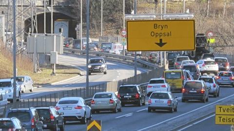 FLETTING: N�r to str�mninger m�tes, og biler skal flettes sammen, har det lett for � oppst� k�. Foto: Geir Svardal