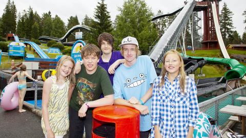 OPP I SKYENE: Charlotte (11) (fra venstre), Adrian (15), Mattias (11) og Alexander (14) fra Porsgunn og Vilde (11) fra Stavanger, roser B� Sommarland opp i skyene. Foto: PER FL�THE