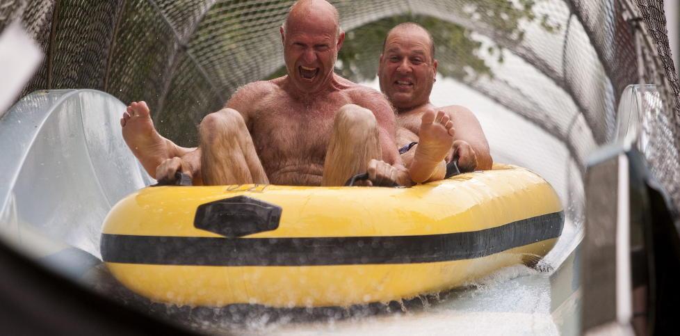 STORE UNGER:  Ragnar Juul fra Kristiansand (foran) og Trond Flatelid fra S�gne, viser at vannlek er g�y ogs� for godt voksne. Foto: PER FL�THE