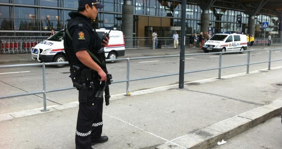 SKJERPET BEREDSKAP: Bev�pnet politi sjekket i ettermiddag all trafikken inn til Oslo Lufthavn. LESERFOTO