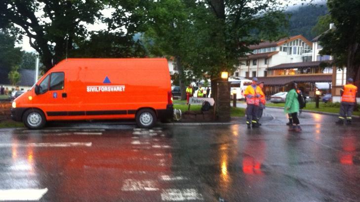 P� STEDET: Ambulanser, Sivilforsvaret og legevakt er p� stedet. Foto: H�kon Eiksedal