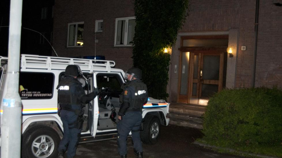AKSJON I NATT: Bev�pnet politi tok seg like f�r midnatt inn i leiligheten til moren til siktede, der han ofte har oppholdt seg. Foto: �ISTEIN NORUM MONSEN