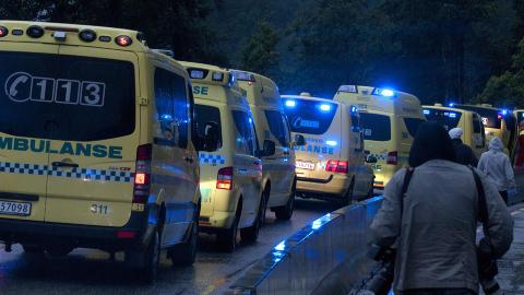 FRAKTES BORT: Ambulanse- og helsepersonell jobbet med � hjelpe de skadde og � frakte ungdommene bort fra stedet. Foto: �istein Norum Monsen / DAGBLADET