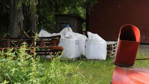 GJ�DSEL: Naboene reagerte p� at Breivik kj�pte inn store mengder kunstgj�dsel. Foto: John T. Pedersen / Dagbladet