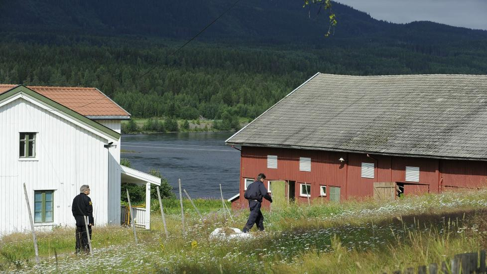 BODDE HER: Politiet gjennoms�ker g�rden Anders Breivik har bodd p� det siste �ret, i �stre �sta. Foto: John T. Pedersen / Dagbladet
