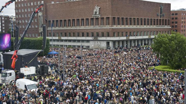 FOLKEHAV:  I Oslo er det m�tt fram s� mange mennesker at det er praktisk umulig � gjennomf�re en marsj.  Foto: Aleksander Andersen / Scanpix