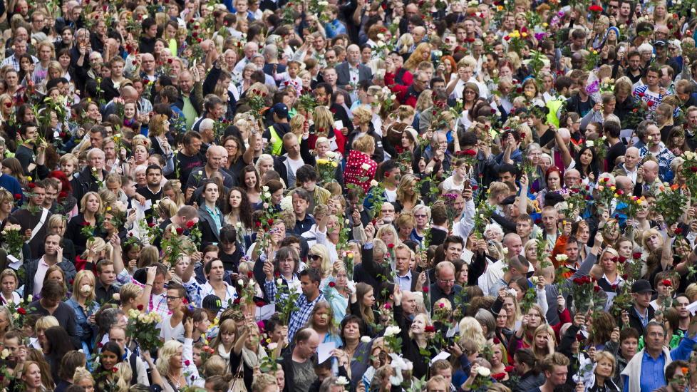 TUSENVIS:  Tusenvis av mennsker er m�tt fram p� R�dhusplassen i Oslo.   Foto: Vegard Gr�tt / Scanpix