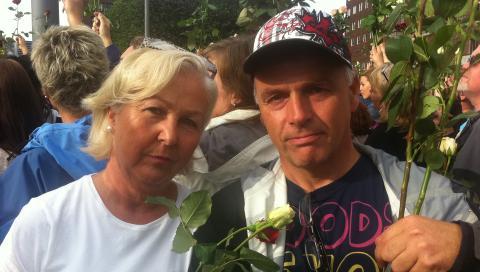 VISTE ST�TTE: Anne Grete og Gunnar Bj�rnsrud var to av de 200 000 som deltok p� minnemarkeringen p� R�dhusplassen. Foto: Lise Gr�nskar / Dagbladet
